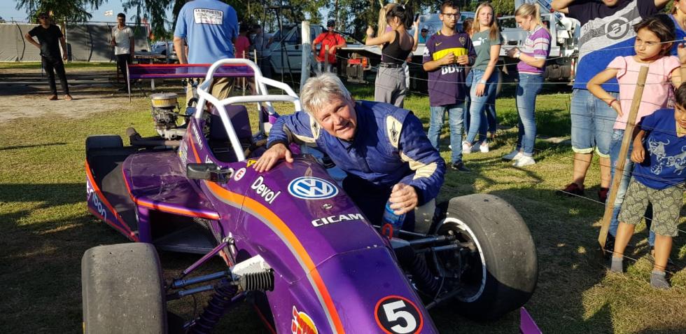 10112019 Roque Cian campeón 2019 Fórmula abraza su máquina que del 5 pasará a llevar el 1 C.jfif