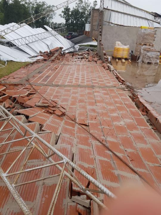 15122019 temporal destrozos parque industrial Avellaneda PARED al suelo.jpeg