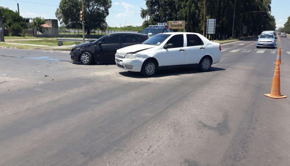 ¿Quién pasó en rojo?. Chocaron dos automóviles en la esquina de Av. Oro Blanco y calle 21.