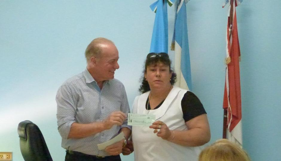 El Intendente Zorzón entregó 210.000 pesos a los establecimientos educativos locales