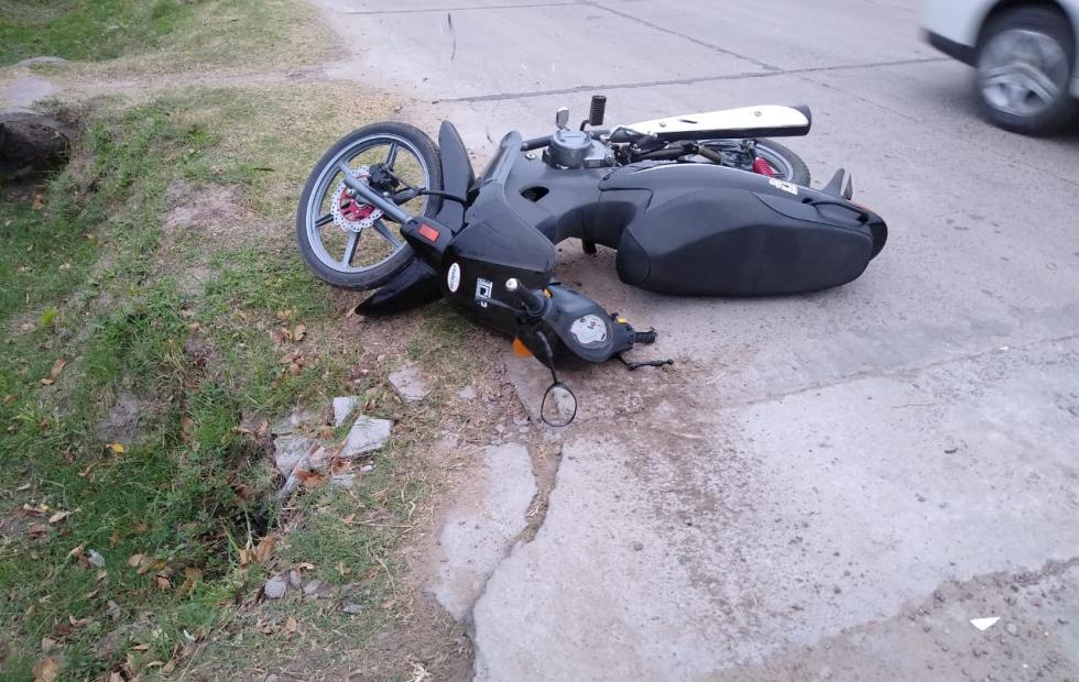 Una motociclista al hospital luego de chocar contra un auto.