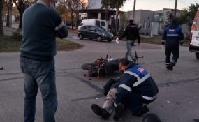 Motociclista al hospital luego de chocar contra una camioneta.