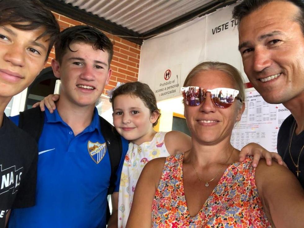 """El """"Oso"""" Martínez junto a su esposa y sus hijos."""