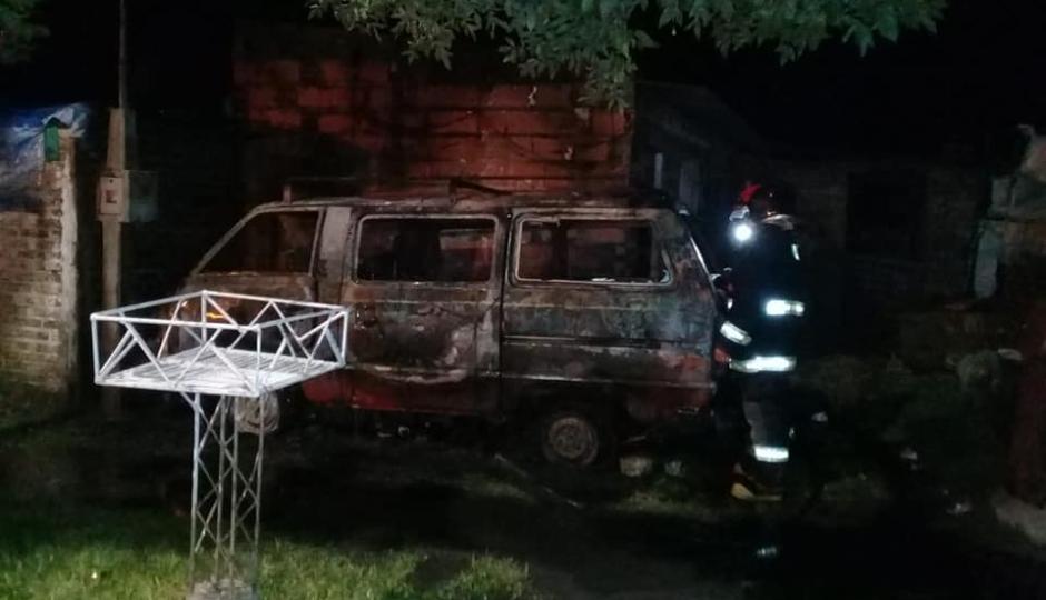 Se incendió un vehículo en Avellaneda. Varias imágenes.