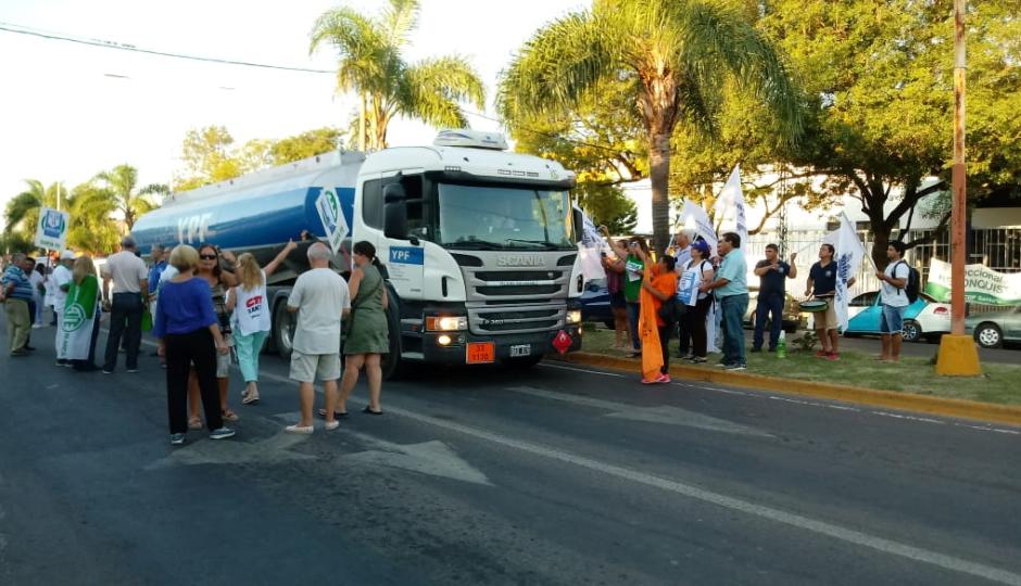La multisectorial realizó la entrega de volantes y obleas exigiendo autovía ya.  Hablaron de estadísticas alarmantes en materia de accidentes en la ruta 11.