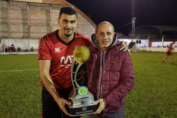 Romang FC Copa ReconquistaHOY Torneo Apertura 2019 capitan Mauricio Rufanacht y Pte Sergio Bressán.jpg