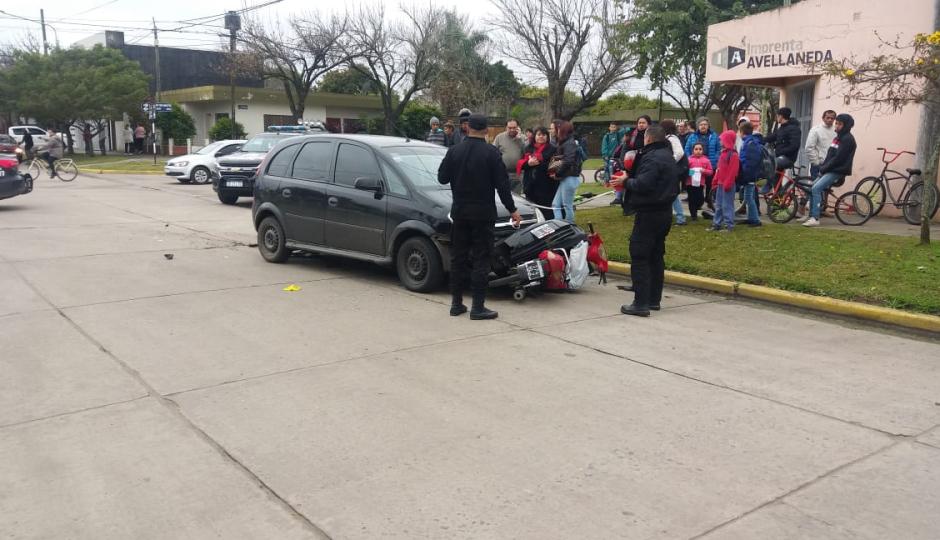 Fuerte choque entre un auto y una moto, los ocupantes de la motocicleta trasladados al hospital de Reconquista.
