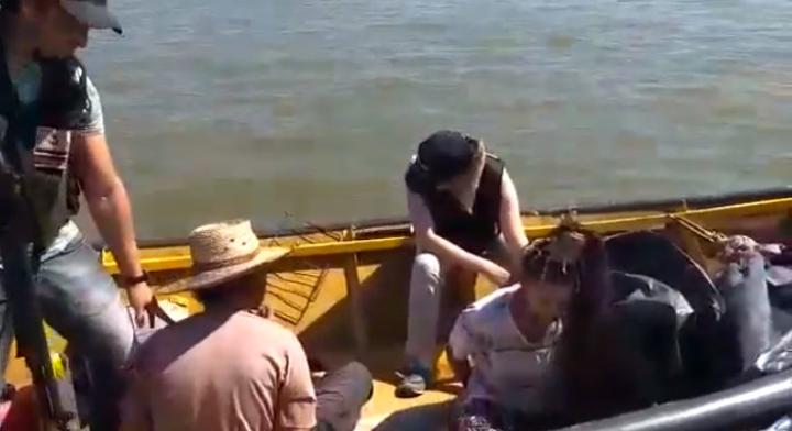 10102019 marihuana en canoa x el río paraná prefectura los detuvo cap pant B.jpg
