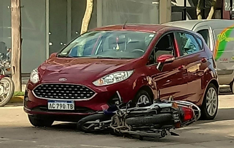 Preocupó el choque entre una moto y un auto, el conductor de la moto un hombre de 63 años.