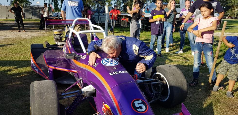 10112019 Roque Cian campeón 2019 Fórmula abraza su máquina que del 5 pasará a llevar el 1 B.jfif