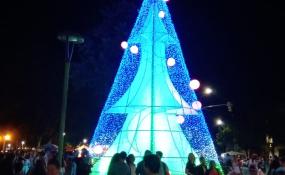 Reconquista y Avellaneda ya tienen la postal típica de diciembre. En ambas ciudades hubo fiesta para encender el árbol de navidad. Fotos y videos.