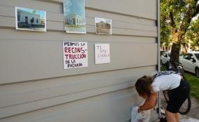 Una docente no afloja en su reclamo. Solita fue a manifestarse.