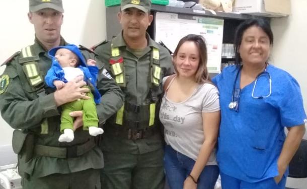 Gendarmes le salvaron la vida a un bebé.
