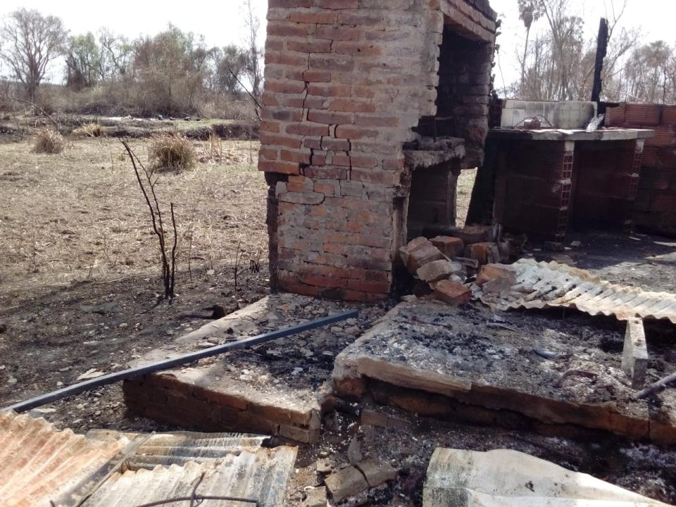 wingeyer colmenas para miel orgánica en Romang quemado todo construcción b.jpg