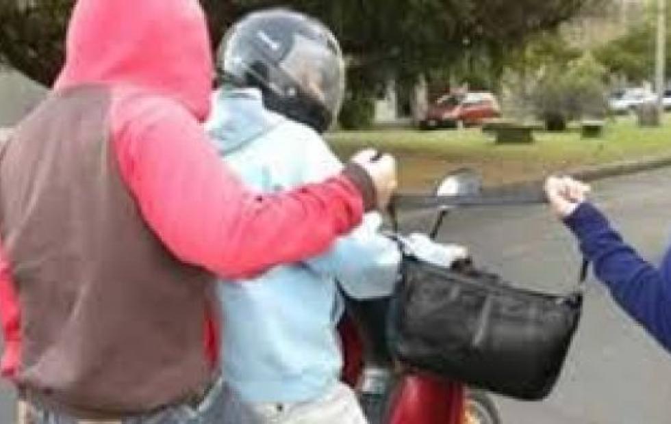 La tumbaron de la bicicleta para robarle la mochila