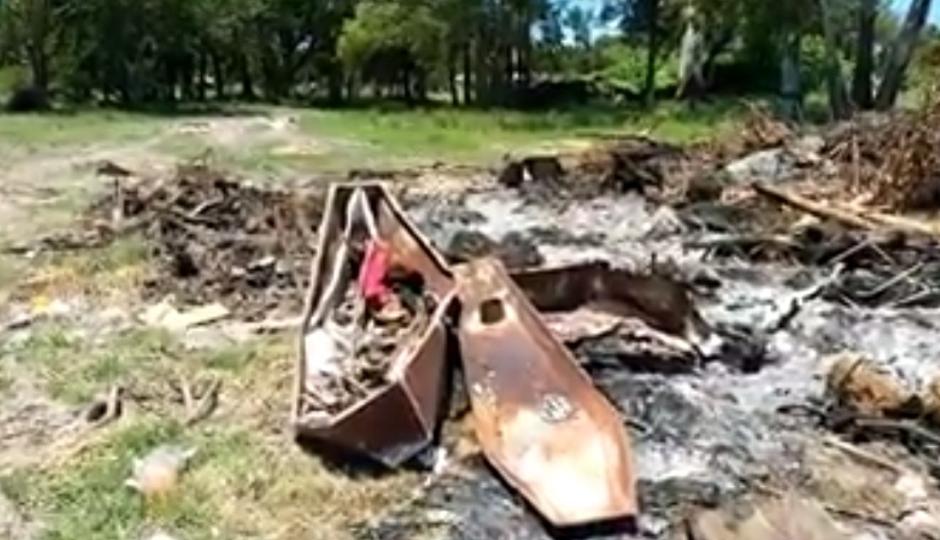 Villa Ocampo: Denuncian la quemazón de féretros, durante tres días ardieron, según el periodista Raúl Dubuloy el Intendente de esa ciudad presentó una denuncia. Vídeo del hecho.