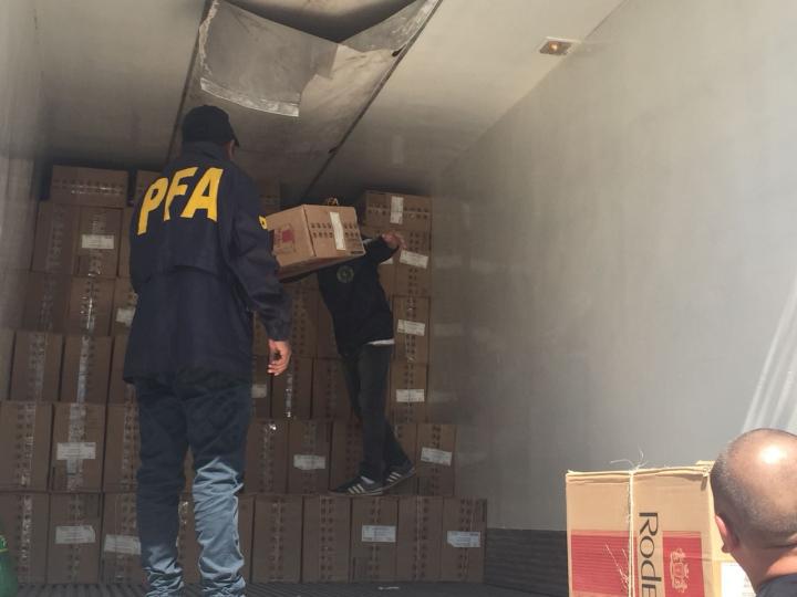 07092018 secuestro camión y carga de cigarrillos Rodeo policía federal b.jpg