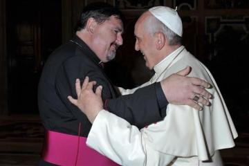 Obispo Angel José Macin con el papa.jpg