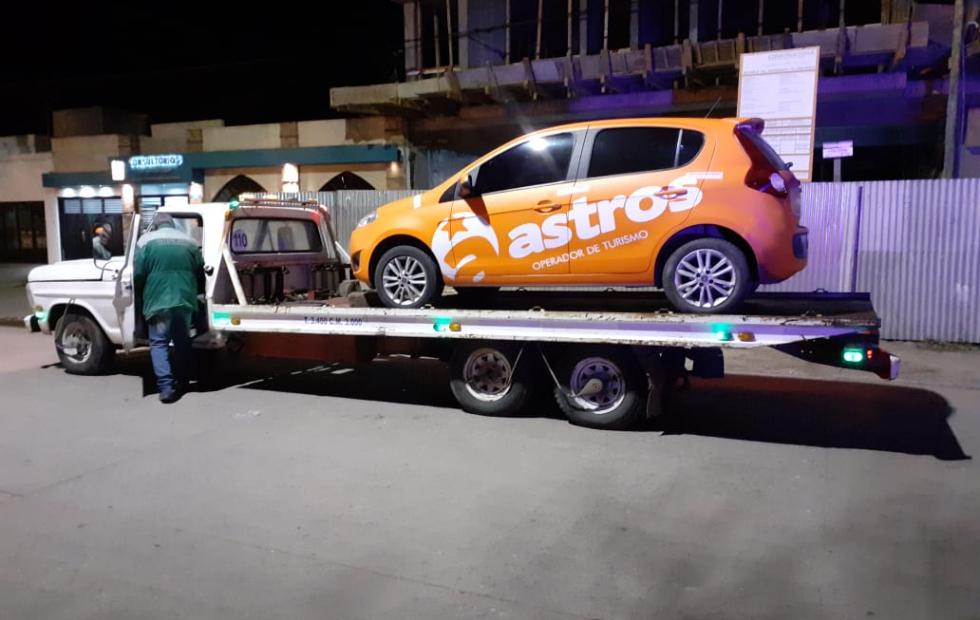 Qué pasó con el auto que esta ploteado con el nombre de una empresa de turismo