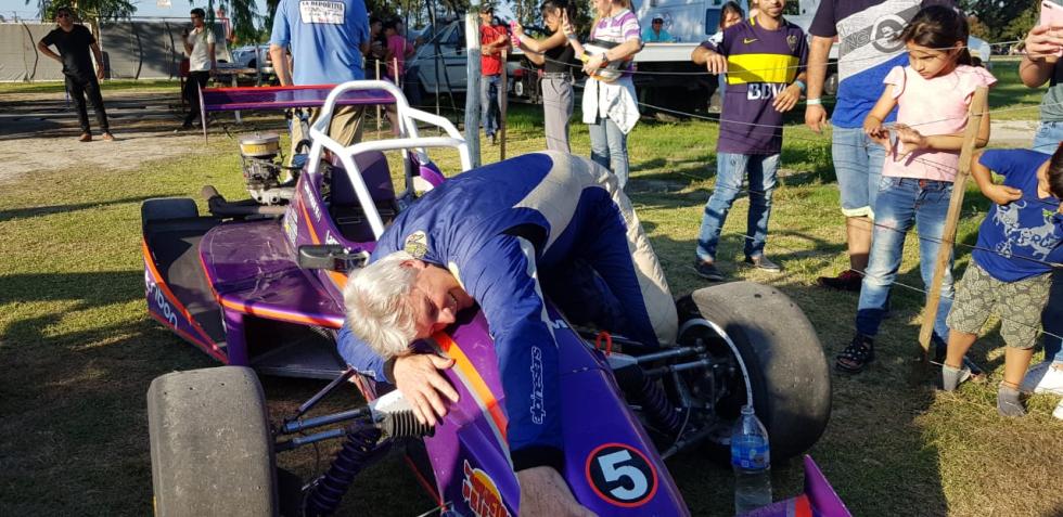 10112019 Roque Cian campeón 2019 Fórmula abraza su máquina que del 5 pasará a llevar el 1.jfif
