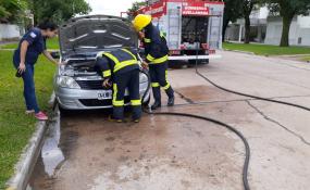 Se prendió fuego un auto que estaba estacionado frente a un sanatorio de Avellaneda. Su propietaria es de Reconquista.
