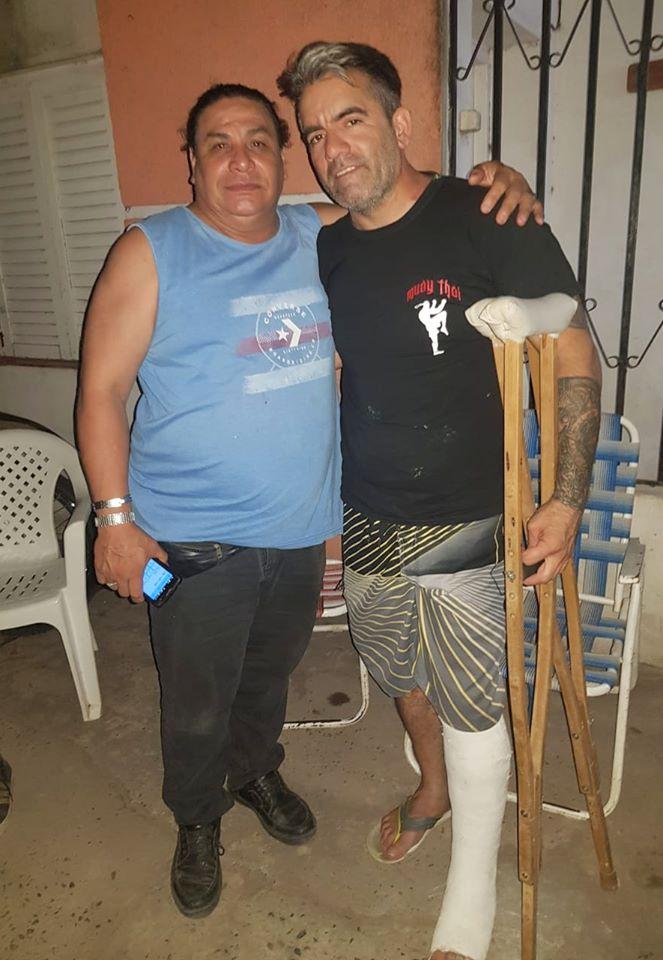 Carlos Martín Oviedo ya enyesado por fractura de tibia y peroné junto a Hugo Gamarra.jpg