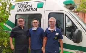 Fueron compañeros de la secundaria en el Colegio San José, hoy se juntaron para realizar mascaras para personal de salud, de seguridad y municipal. Piden viejas placas radiográficas para seguir.
