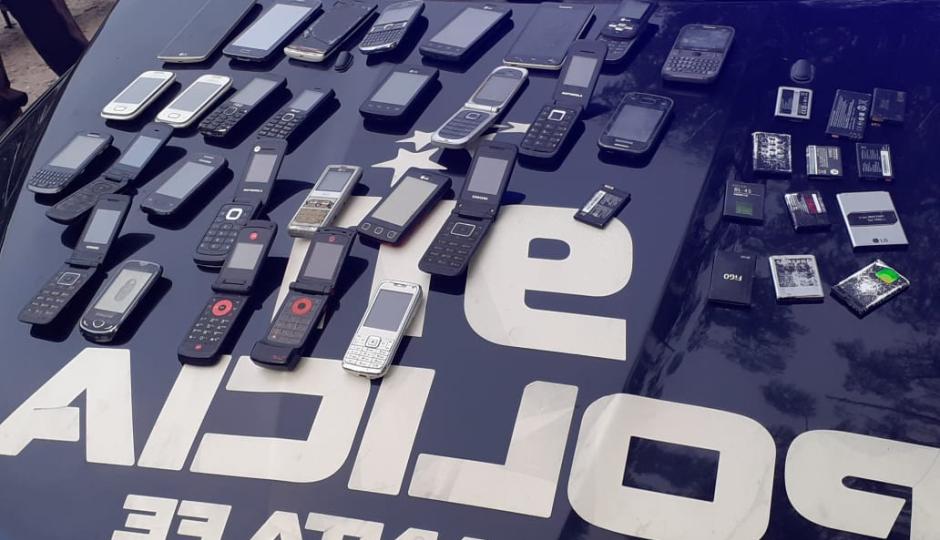 Policías detuvieron la marcha de una pareja en moto por el aislamiento social obligatorio y se encontraron con una sorpresa: 28 celulares!!!