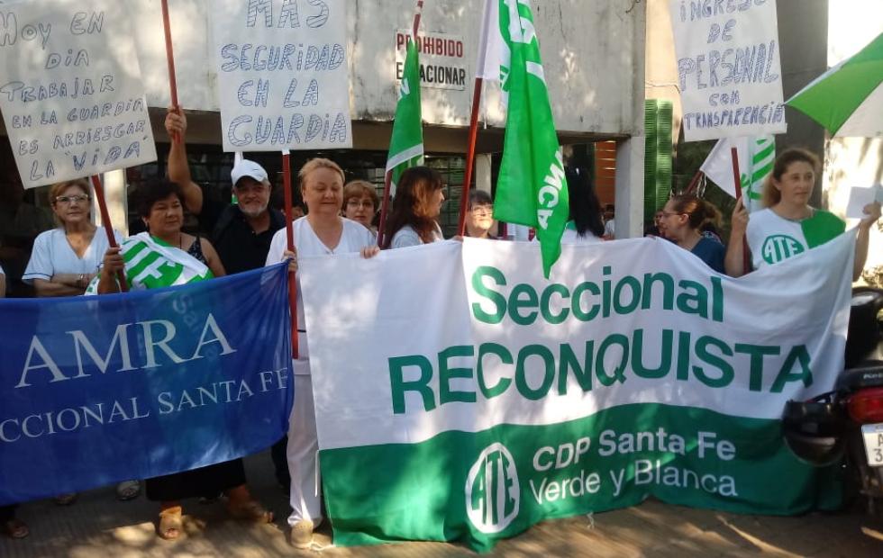 """Bajo el lema """"Por una Salud Pública Sana"""", personal del Hospital de Reconquista se movilizó frente al mismo. Lo que exigen."""