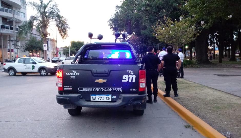 Inspectores municipales y policías intervinieron al ver menores tomando bebidas alcohólicas a la tarde en el centro.