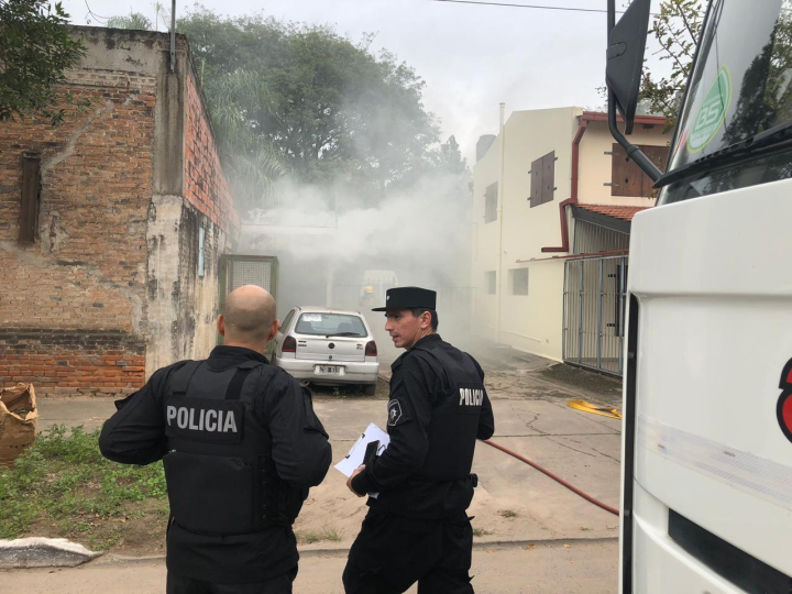 12052019 incendio panificadora Salami Pueyrredón y Chacabuco policías.jpg