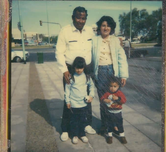 Taca Alderete con su esposa y dos hijos.jpg