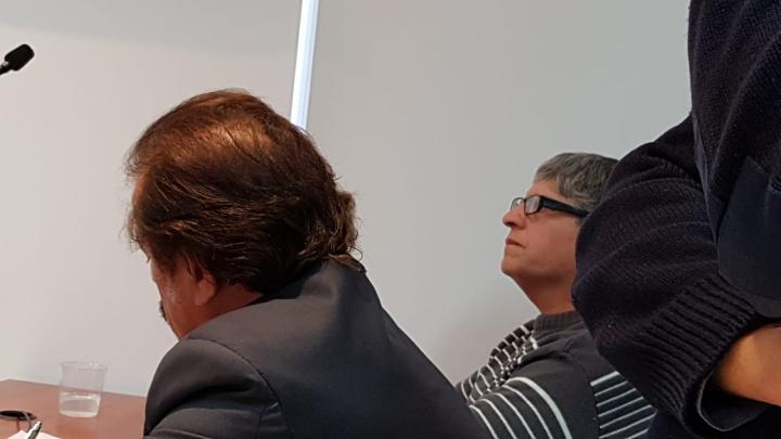 Claudio Fabian Mereles junto a su abogado Ricardo Degoumois en la sala de audiencias 30 05 2019.jpg