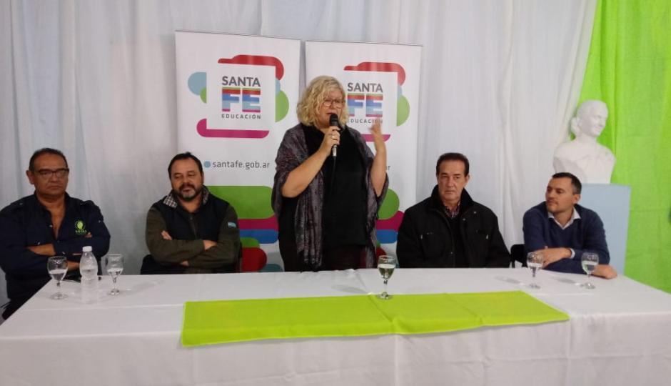 La ministra de educación firmó un convenio con la Unión de Obreros de la Construcción de la República Argentina, delegación Reconquista, en el marco del Plan Vuelvo a Estudiar.