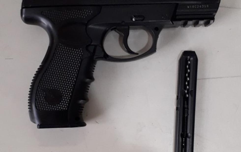 En el camping municipal, intimidando con un arma que resultó ser de juguete.