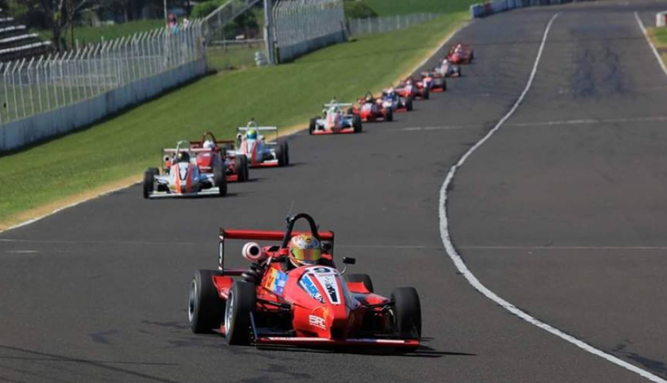 Un piloto reconquistense ganó todo en la Fórmula 3 santafesina que corrió en Paraná y lidera el campeonato.