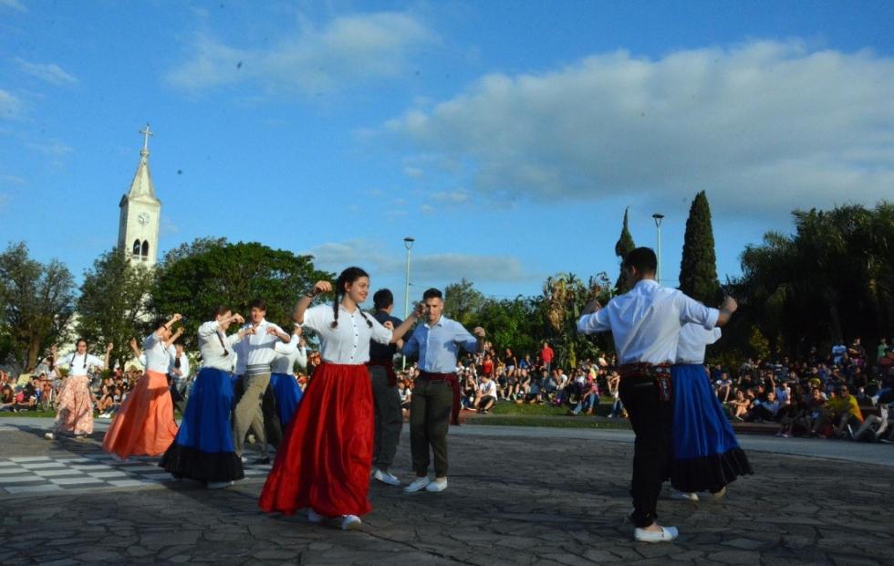 Estudiantina de Avellaneda: Pintura Mural y Danzas este domingo en la plaza central.