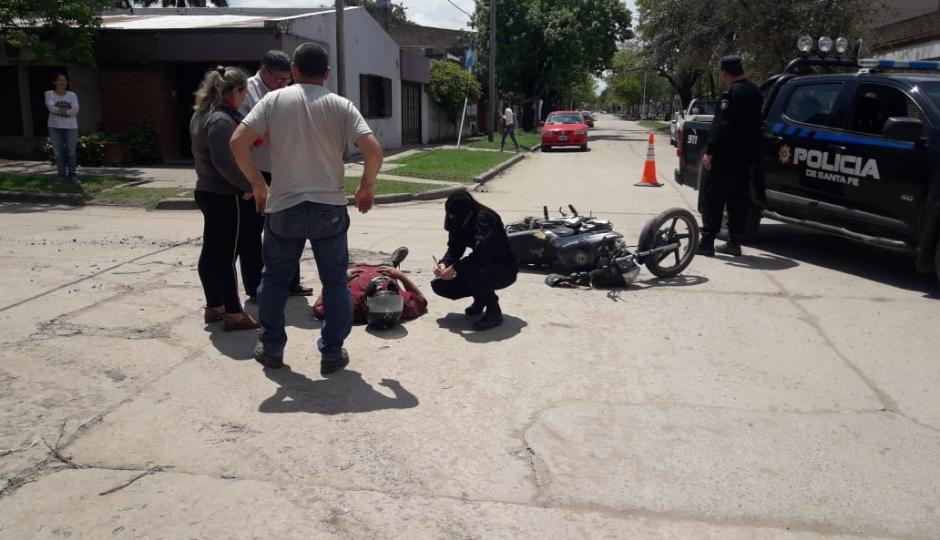 Chocaron una camioneta con una moto en el Barrio Chapero, el motociclista trasladado al hospital, conducía la camioneta un prefecturiano.