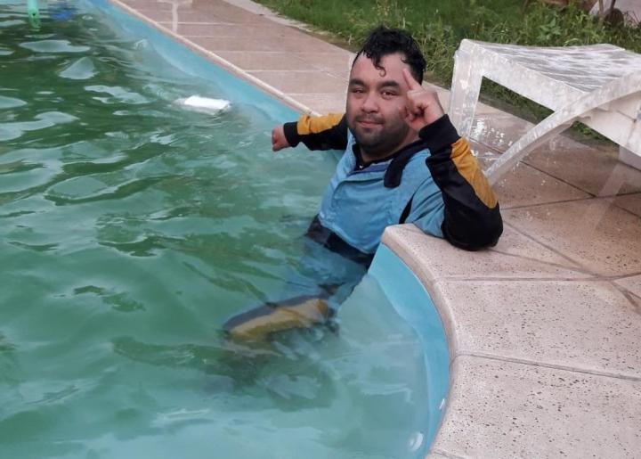 el pacman walter masin disfrutó el título arrojandose a la piscina con el buzo de campeón.jfif