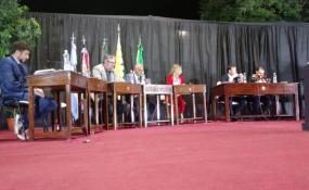 Dos concejales electos se volvieron a sus casas sin asumir en medio de una escandalosa sesión extraordinaria montada sobre un escenario frente a la plaza mayor.