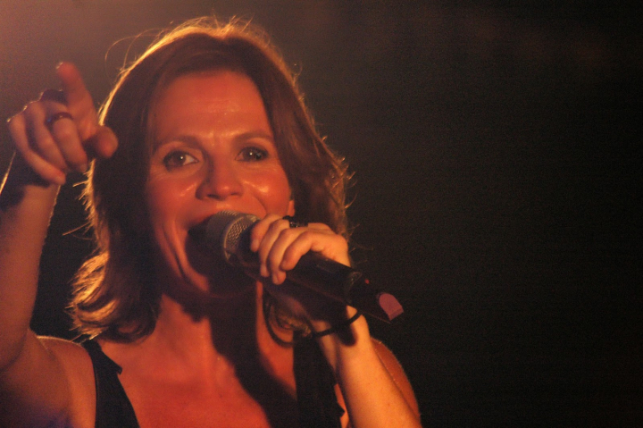 Marcela Morela Cantando en rojo.jpg