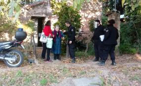 La policía debió intervenir en un caso de violencia familiar donde la víctima es una mujer de 89 años. Los vecinos cascotearon la casa pidiendo que un hombre de 57 años sea expulsado de su domicilio.