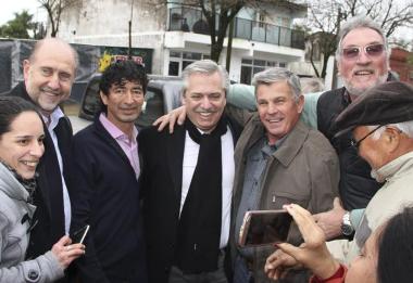 Araujo abrazado con Alberto Fernández y Omar Perotti entre otros.jpg