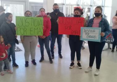 Familiares y amigos de Emanuel Cardozo se manifestaron en el Hospital donde se vivió un momento de alta tensión, que aquí revivimos en video.