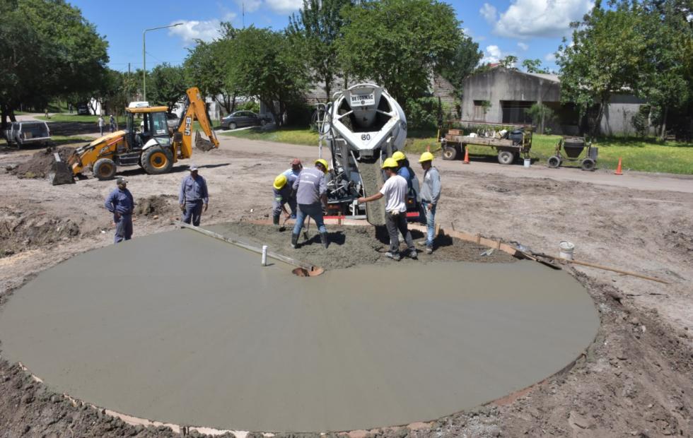 Personal municipal trabaja donde se construye la rotonda. Solicitan circular con precaución.