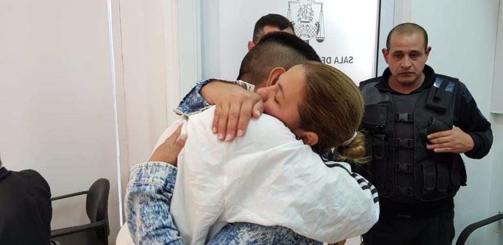 Lucas Aquino se abrazó con su mamá antes de regresar a la cárcel.jpg