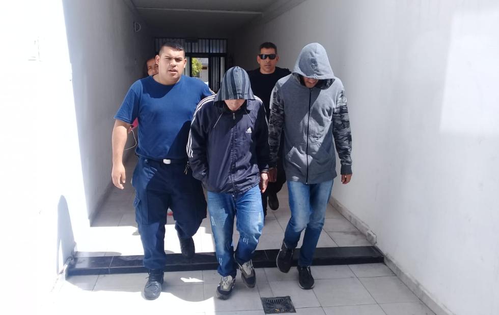 Los acusados de asaltar a tiros a un comerciante continuarán en prisión preventiva al menos 30 días más