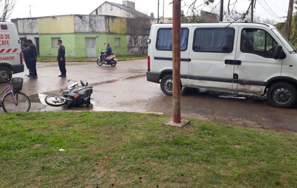 Menor en moto sufrió lesiones graves al chocar contra una camioneta.
