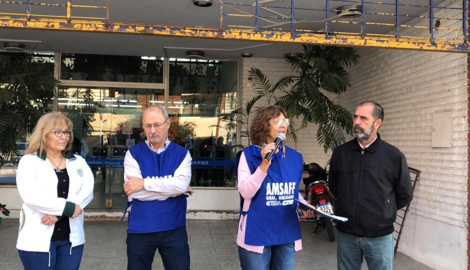La Mesa Intersindical rechaza los aumentos y se manifestó frente a la sede de IAPOS Reconquista.
