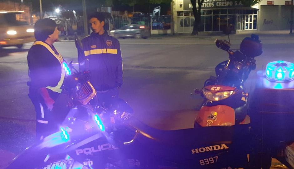 Circulaba sin licencia, sin casco, sin luces, sin cédula de identificación, y sin seguro. Policías atentos detuvieron su marcha e inspectores le retuvieron la moto.